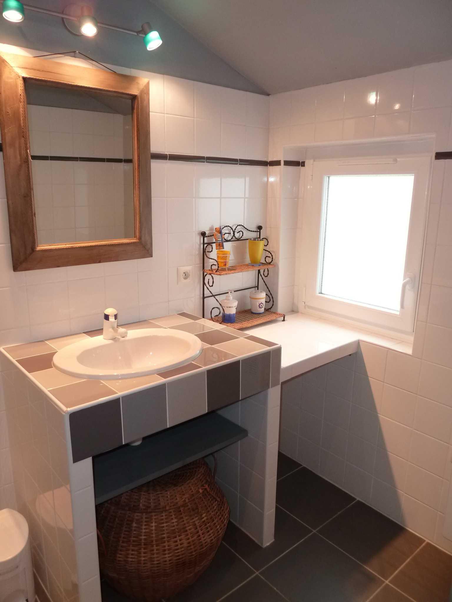 meuble de salle de bain carrelé